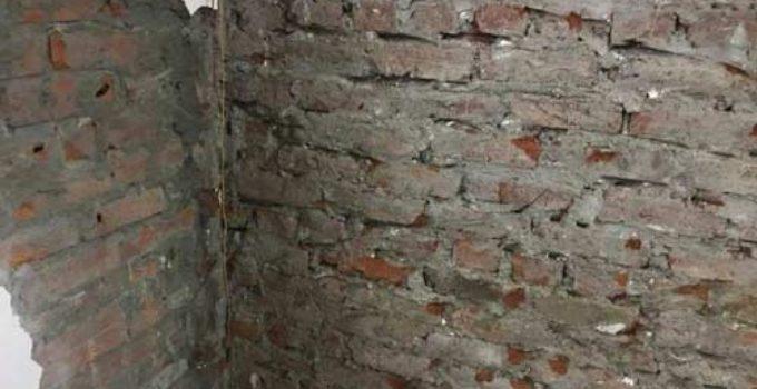 khe tường 2 nhà giữ nước gây thấm ẩm