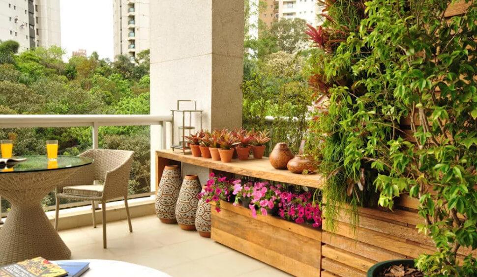 Vườn sân thượng với những chậu gốm nhỏ xinh xinh