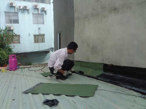lắp máng ngăn nước mưa